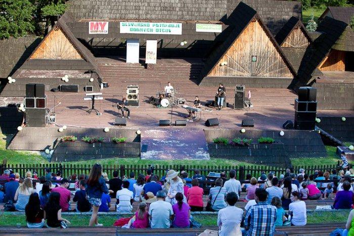 Ilustračný obrázok k článku Deň otcov v Detve: Ďakovný koncert rozospieval celý amfiteáter