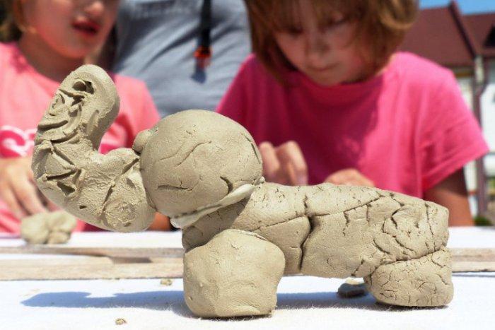 Ilustračný obrázok k článku Keramické tvorivé dielne na popradskom námestí boli veľkým lákadlom