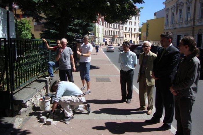 Ilustračný obrázok k článku V Bystrici pribudli tri pamätné kamene: Pripomínajú hrôzy nacizmu a obete holokaustu