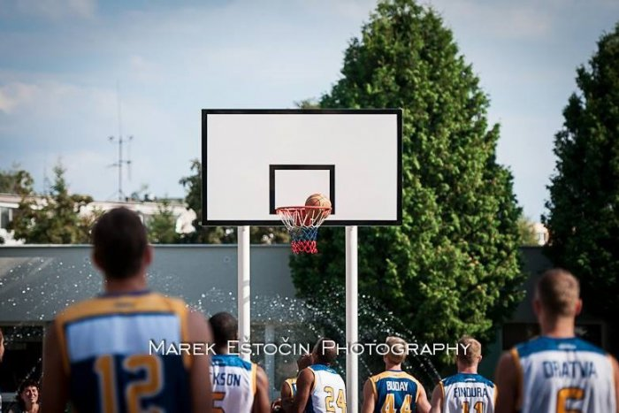 Ilustračný obrázok k článku Skvelá šou: Na sídlisku si zahrali basketbal reprezentanti aj zahraniční hráči