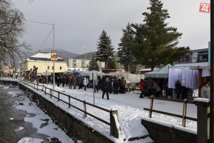Ilustračný obrázok k článku Vianočný jarmok v znamení prvého snehu: Vychutnajte si atmosféru v Revúcej v obrazoch...