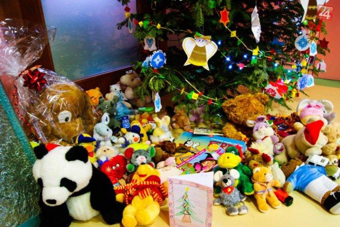 Ilustračný obrázok k článku Bystrickí básnici s veľkým srdcom: Ťažko chorým deťom doniesli desiatky hračiek!