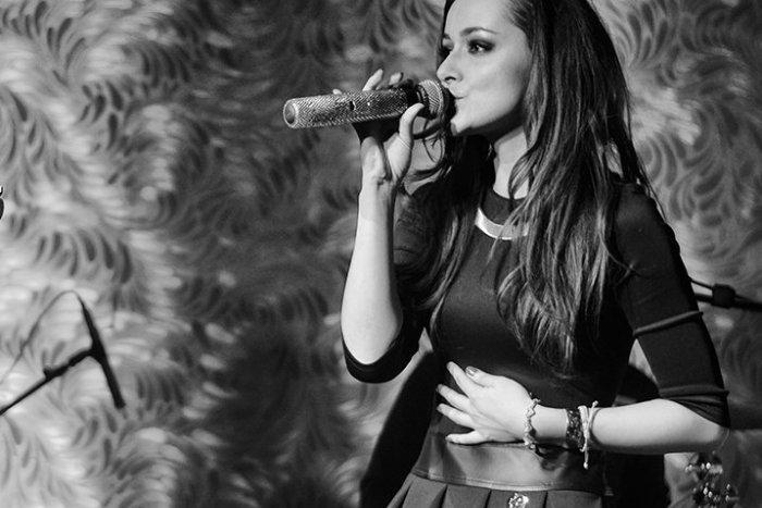 Ilustračný obrázok k článku Sympatická speváčka Nika Karch (27) otvorene: Mala som ťažkú pubertu punkerky