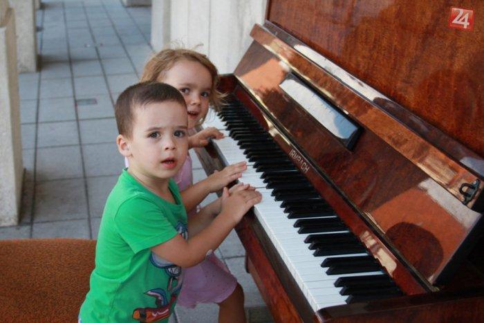 Ilustračný obrázok k článku Klavír v meste slávi úspech: Pozrite si prvý dotyk malej Terezky s klávesmi!