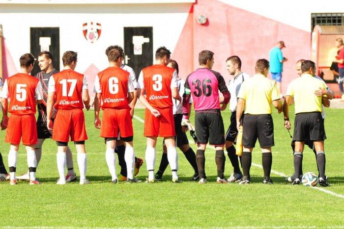 Ilustračný obrázok k článku Futbalové popoludnie v znamení derby zápasu: Revúca ani Tisovec si navzájom nič nedarovali