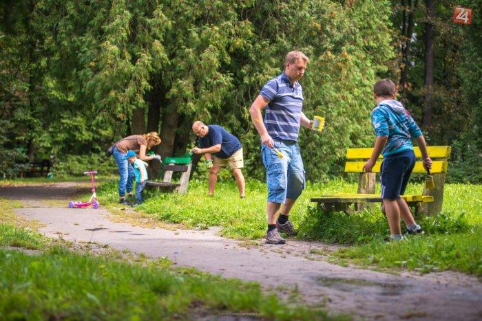 Ilustračný obrázok k článku Mestský park sa už má viac k svetu: Lavičky aj koše žiaria farbami!