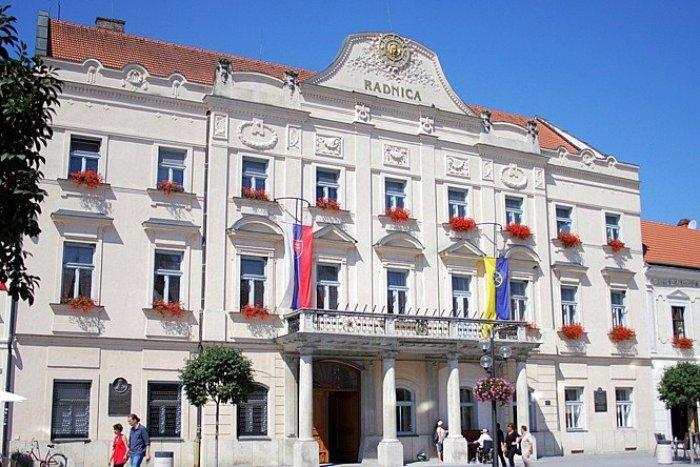 Ilustračný obrázok k článku Radnicu zahalia Hodvábne sny: Pozrite si výstavu Adely Melišekovej Dojčanovej