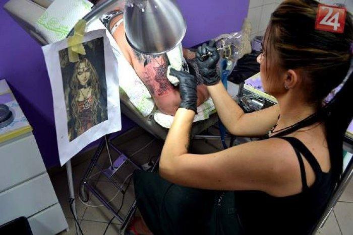 Ilustračný obrázok k článku Tatérka Andy z Topoľčian: Hitom je tetovanie písmen, ale i prerábky starých motívov