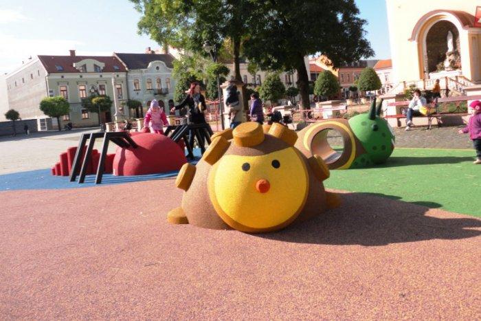 Ilustračný obrázok k článku Námestie v Topoľčanoch  má nové detské ihrisko: Mesto zaň zacvakalo vyše 23-tisíc eur!