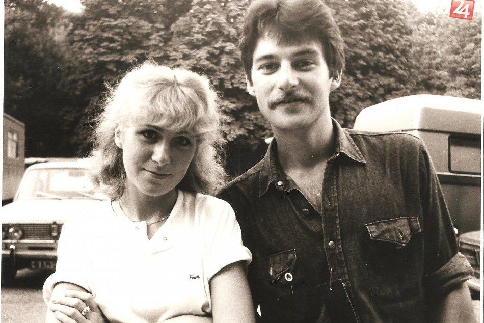 Ilustračný obrázok k článku Breznianka Eva Wolframová o svojich speváckych začiatkoch so slovenskou elitou: Poznávate fúzkatého fešáka na fotke? :)