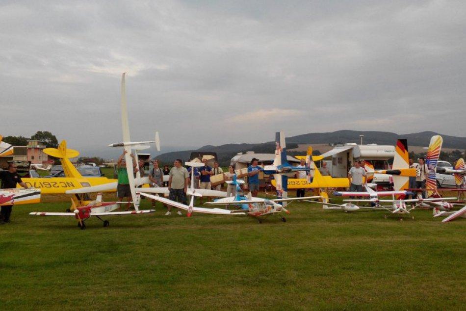 Ilustračný obrázok k článku Milévníci modelov si prúdu na svoje: Nebo pri Moravciach sa hromadne zaplní lietadlami