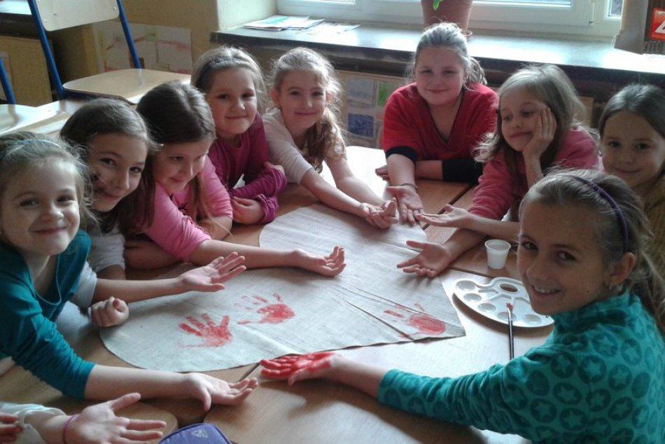 Ilustračný obrázok k článku Sviatkom zamilovaných v Revúcej: Mladé ôsmačky nelenili, na líca maľovali symbol lásky!