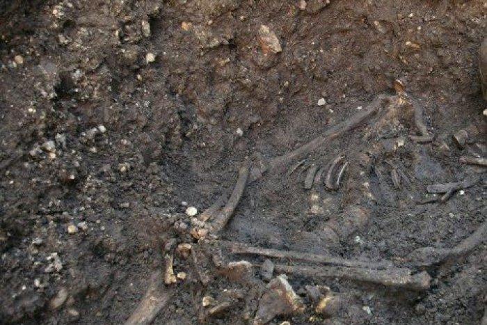 Ilustračný obrázok k článku Pri výkopoch v centre objavili ľudské kostry: Pozostatky patria trom mužom a jednej žene!