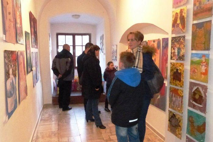 Ilustračný obrázok k článku Jubilejná výstava v Spišskej Sobote: V knižnici sa prestavujú mladí výtvarníci z popradskej ZUŠ-ky