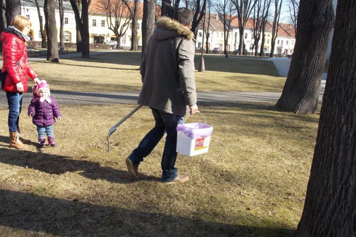 Ilustračný obrázok k článku Muž sa na námestie vybral s vedrom a lopatou: Čo nazbieral v centre Spišskej je len pre silné žalúdky!