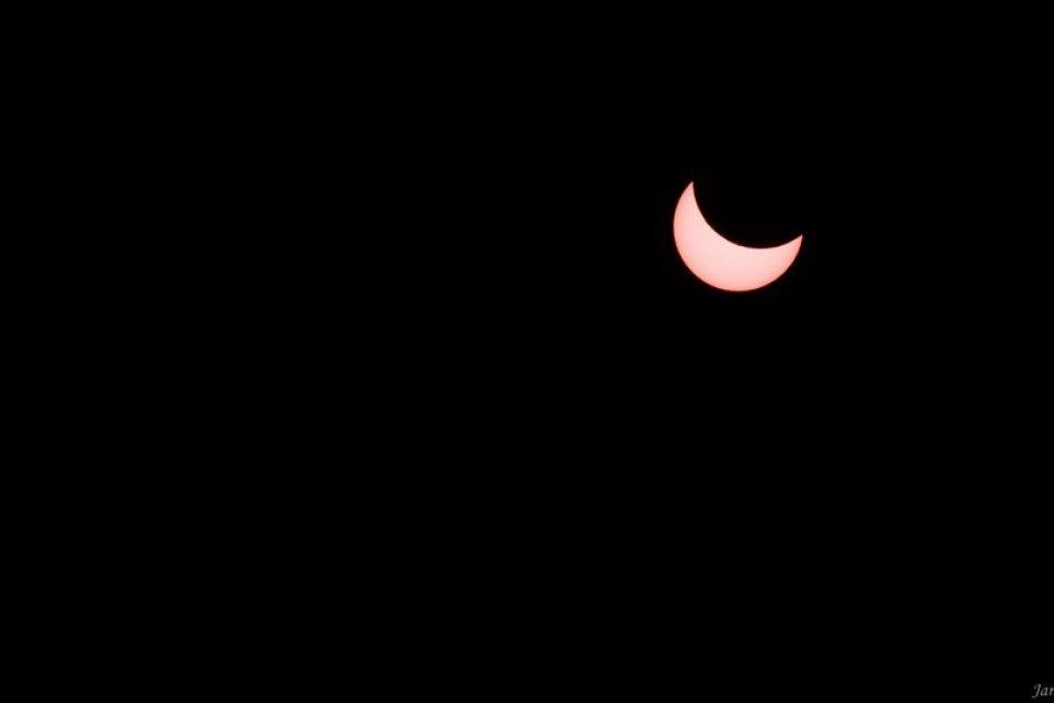 Ilustračný obrázok k článku Obloha nad Šaľou pútala zvedavé pohľady: TAKTO zatmenie Slnka zvečnili Šaľania
