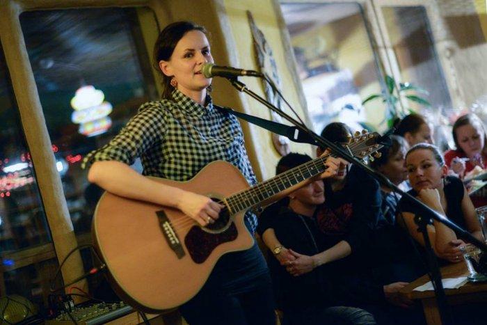 Ilustračný obrázok k článku Dve tváre Žiarčanky Dominiky (32): Cez deň vedkyňa v bielom plášti, večer muzikantský živel