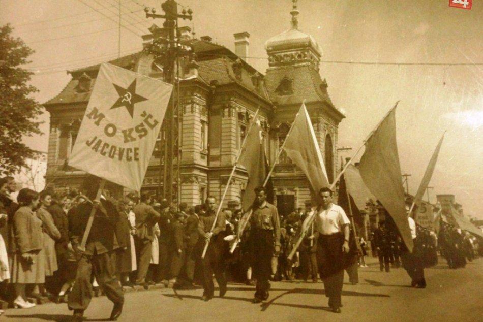 Ilustračný obrázok k článku Poriadne RETRO: Takto vyzerali prvomájové oslavné sprievody v Topoľčanoch, FOTO