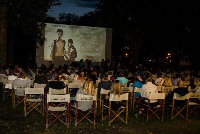 Ilustračný obrázok k článku Večerná romantika priamo v centre Michaloviec: Zažite letné kino pod hviezdami