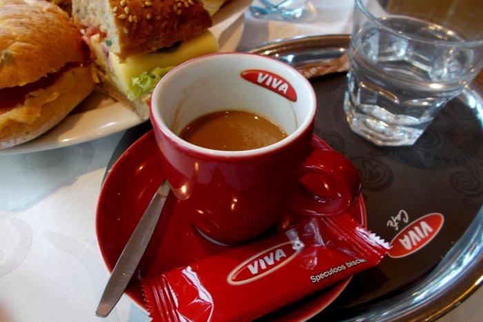 Ilustračný obrázok k článku Milovníci kávy si prídu na svoje i za volantom. Čerpacia stanica OMV prichádza s novou exkluzívnou značkou kávy