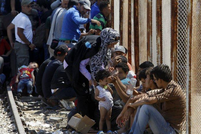 Ilustračný obrázok k článku Nočný zásah polície neďaleko Zámkov: Zadržali prevádzačov i desiatky migrantov vrátane detí!
