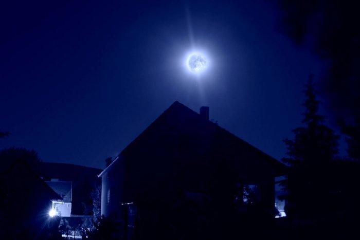 Ilustračný obrázok k článku Romantika nad Moravcami, ktorú musíte vidieť: Modrý Mesiac sa podarilo zachytiť naozaj parádne!