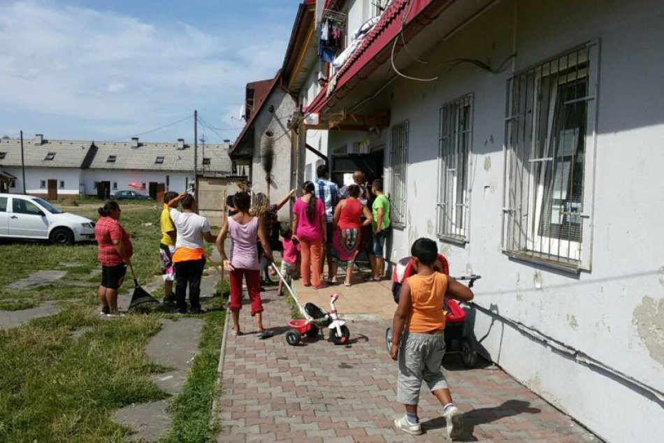 Ilustračný obrázok k článku Deti z osady čistia Hlboké: Zbierajú porozhadzované plasty