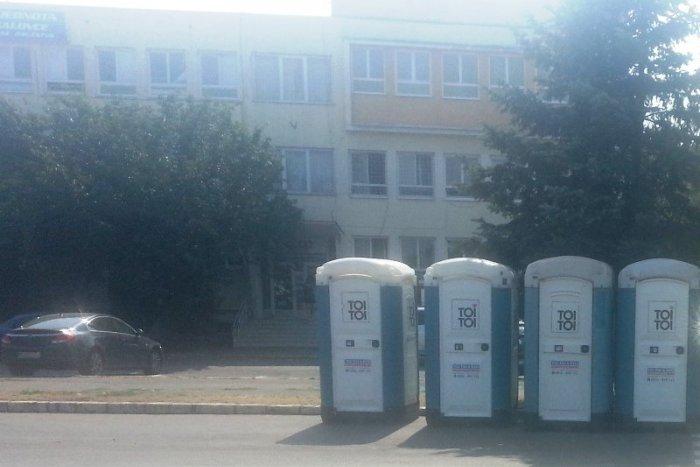 Ilustračný obrázok k článku Na prvý pohľad nič zvláštne, len prenosné toalety: Keď však uvidíte celú FOTKU, pochopíte prečo naštvali Michalovčanov!