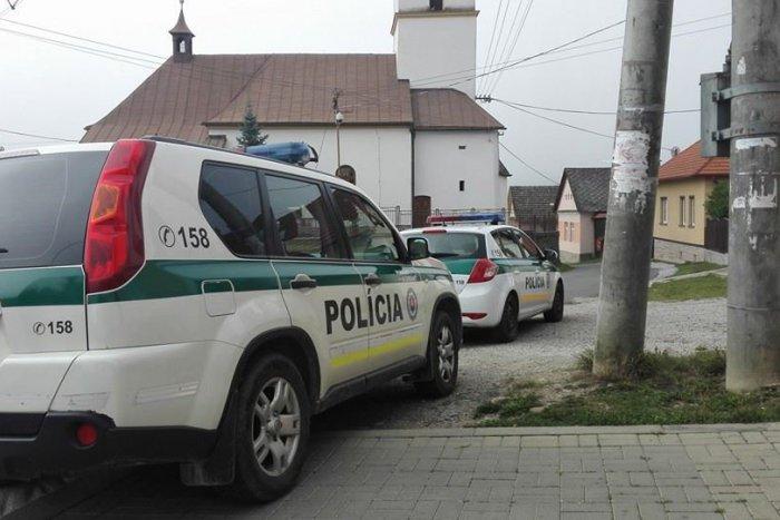 Ilustračný obrázok k článku Takéto ráno si v dedine pri Spišskej určite nepredstavovali: Namiesto omše kostol plný policajtov
