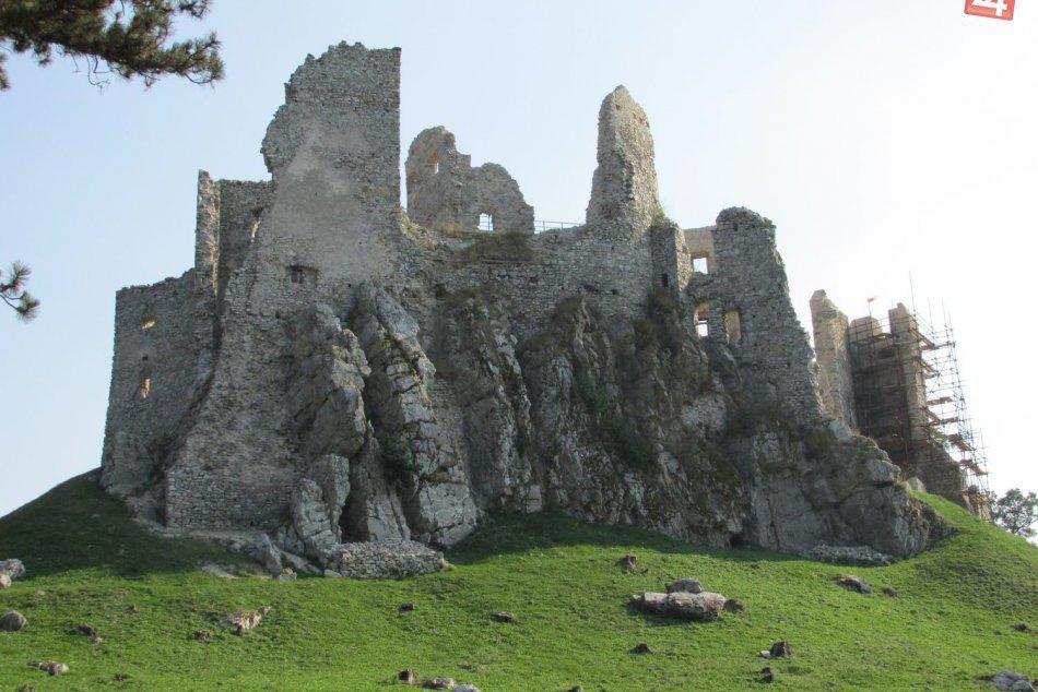 Ilustračný obrázok k článku Uctia si pamiatku človeka, ktorý sa venoval záchrane Hrušova: Na hrade pribudne nová pamätná tabuľa