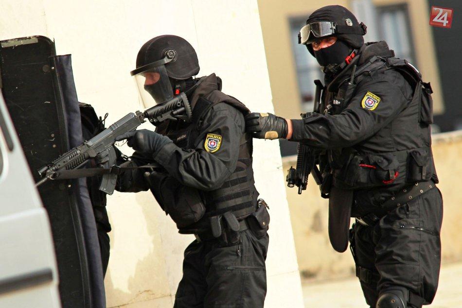 Ilustračný obrázok k článku Policajná razia pri Lučenci: Muž (42) ešte niečo rýchlo vyhadzoval z lodžie! FOTO