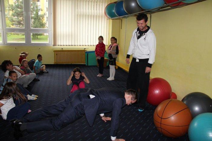 Ilustračný obrázok k článku Minister v Revúcej ukázal, že je za každú srandu: Fotka s maskotom aj cvičenie s piatakmi v škole