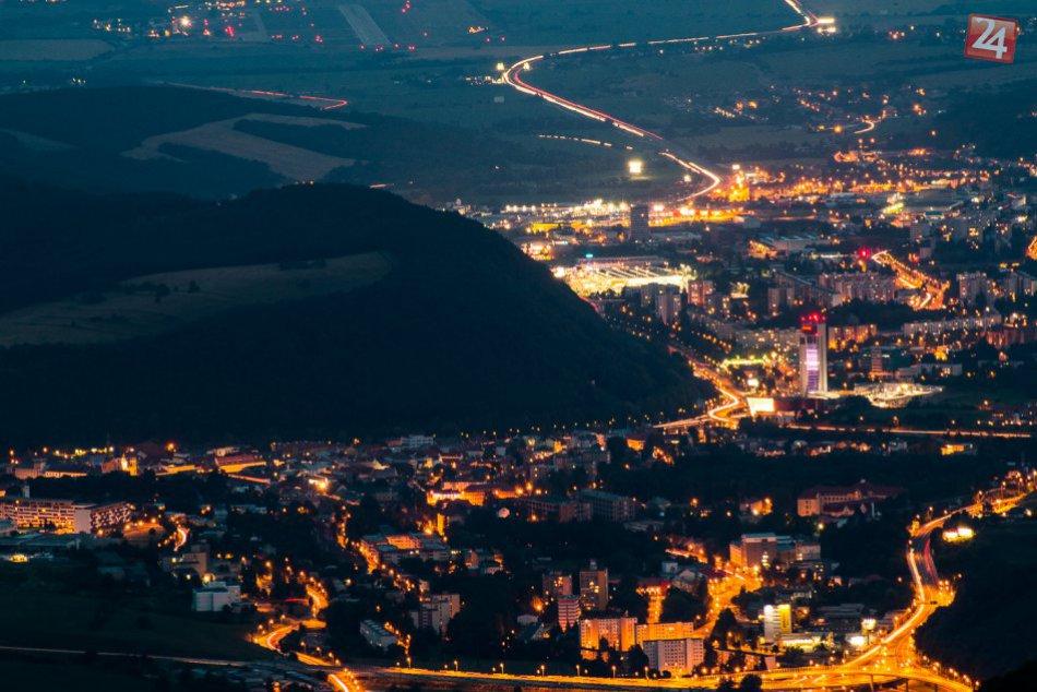 Ilustračný obrázok k článku V Bystrici môžete zažiť ozajstnú vianočnú romantiku: V ruke punč, kultový príbeh a výhľad na nočnú panorámu!