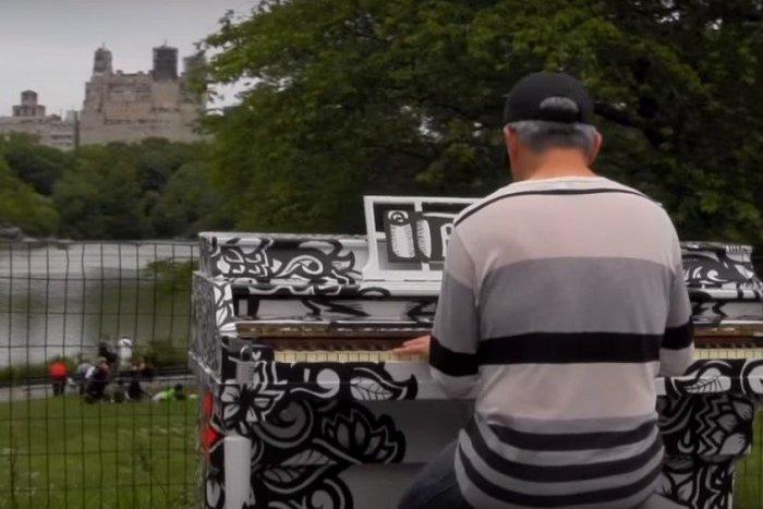 Ilustračný obrázok k článku V srdci New Yorku zneli tóny východniarskej ľudovky: To za klavír v Central Parku sadol slávny Humenčan! VIDEO