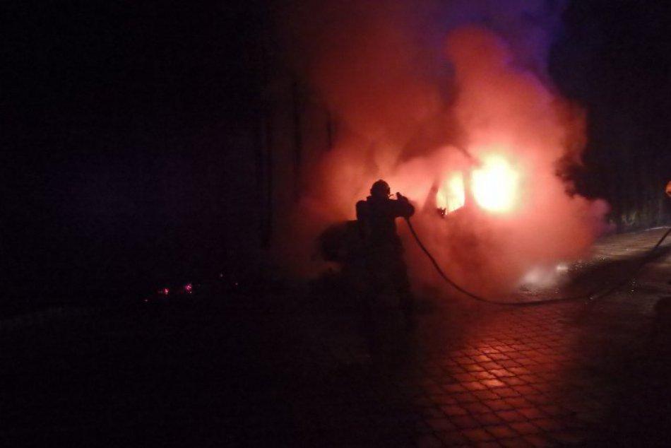 Ilustračný obrázok k článku Rodinný dom pri Zámkoch v plameňoch: Na strechu niekto hodil zapálenú fľašu!