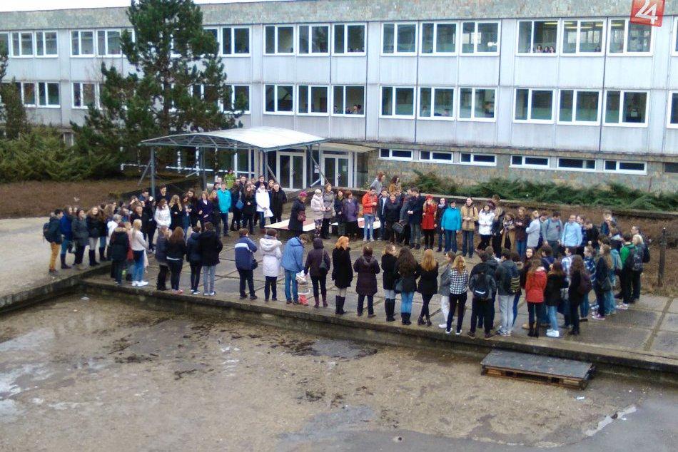 Ilustračný obrázok k článku Silné chvíle na nádvorí bystrického gymnázia: Keď to študenti zbadali, vo veľkom odišli zo školy