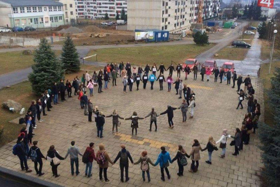 Ilustračný obrázok k článku FOTO a VIDEO: Takéto obrázky sa naskytli pred gymnáziom v Bystrici. Živá reťaz učiteľov so žiakmi!
