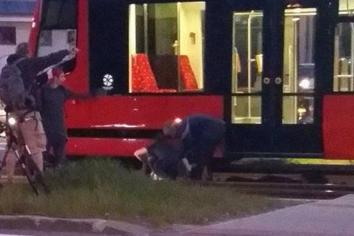 Ilustračný obrázok k článku V Dúbravke zrazila električka mladú ženu na priechode pre chodcov