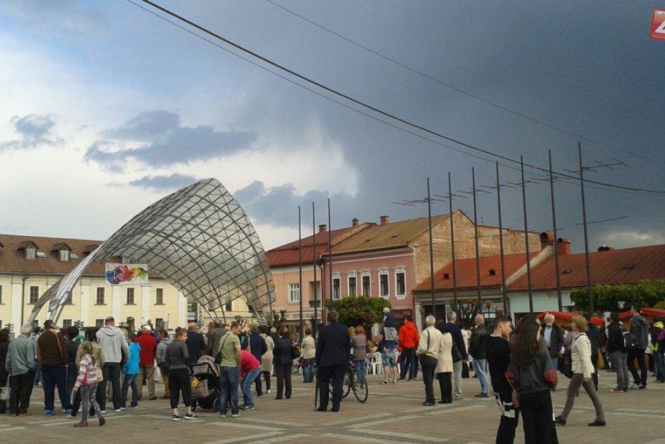 Ilustračný obrázok k článku VIDEO: Otázka fašizmu zlákala Brezňanov na námestie. Tvrdé slová starostky na adresu Kotlebu!