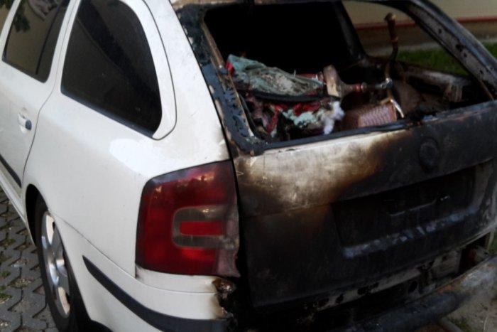 Ilustračný obrázok k článku Policajti obvinili dvoch mladíkov z požiaru áut