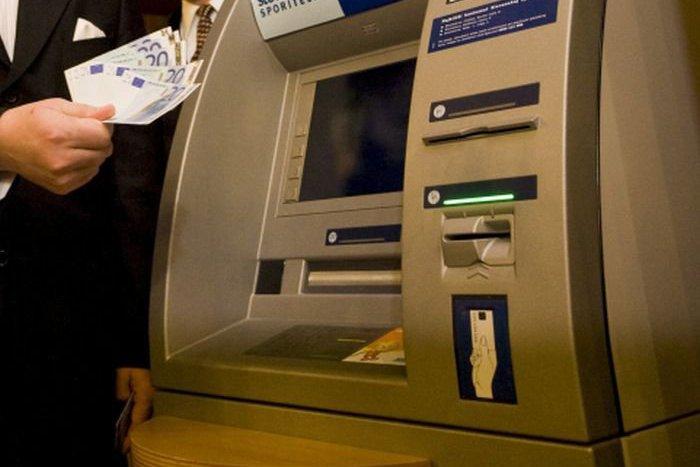 Ilustračný obrázok k článku Zábudlivcom tentokrát prialo šťastie: Peniaze z bankomatov skončili v rukách polície
