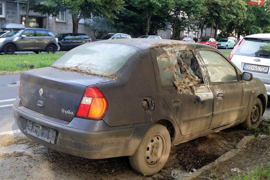 Ilustračný obrázok k článku Z petržalských ulíc miznú vraky áut. Ak o nejakom viete, nahláste to
