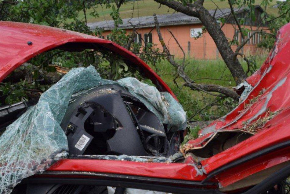 Ilustračný obrázok k článku Na ceste na Suchý vrch havarovalo auto: Zranenú osobu museli vyniesť hasiči