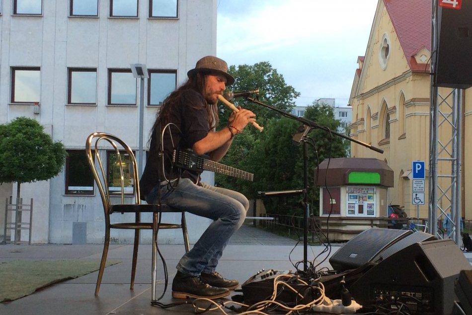 Ilustračný obrázok k článku VIDEO a FOTO: Geniálny gitarista na námestí. Hra, ktorou si získal Zvolenčanov