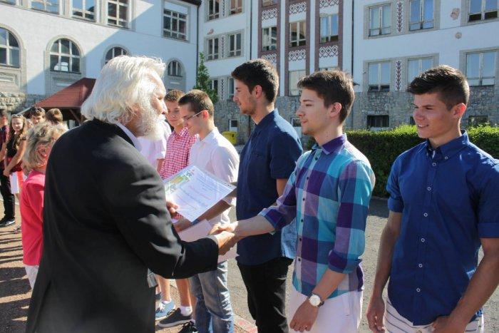 Ilustračný obrázok k článku FOTO: Koniec roka na mikulášskom gympli: Študenti prezradili plány na leto