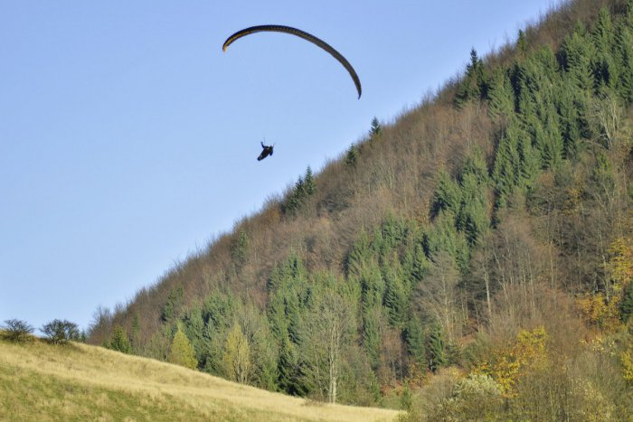 Ilustračný obrázok k článku Paraglajdista potreboval pod Chopkom pomoc: 200-metrový pád a záchrana vrtuľníkom