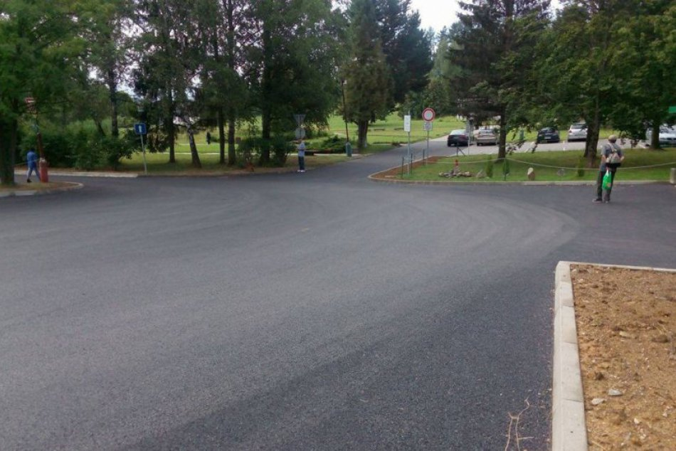 Ilustračný obrázok k článku FOTO: Breznianski pacienti sa dočkali: Viac parkovacích miest aj nová cesta pri nemocnici