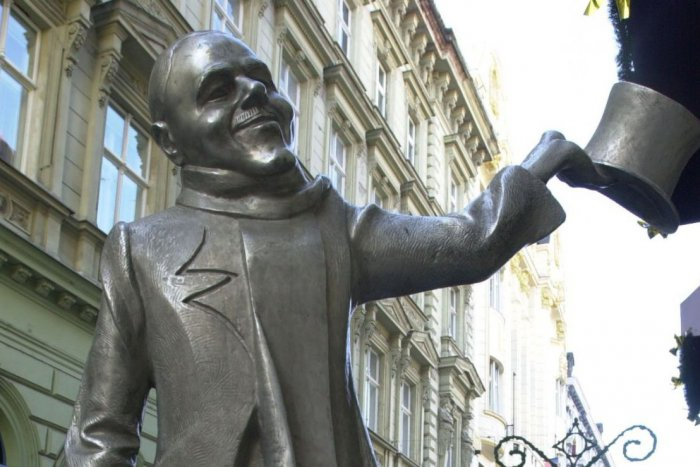 """Ilustračný obrázok k článku """"Ruky bozkávam!"""", nieslo sa ulicami Bratislavy. Schöne Náci by mal dnes 120 rokov"""