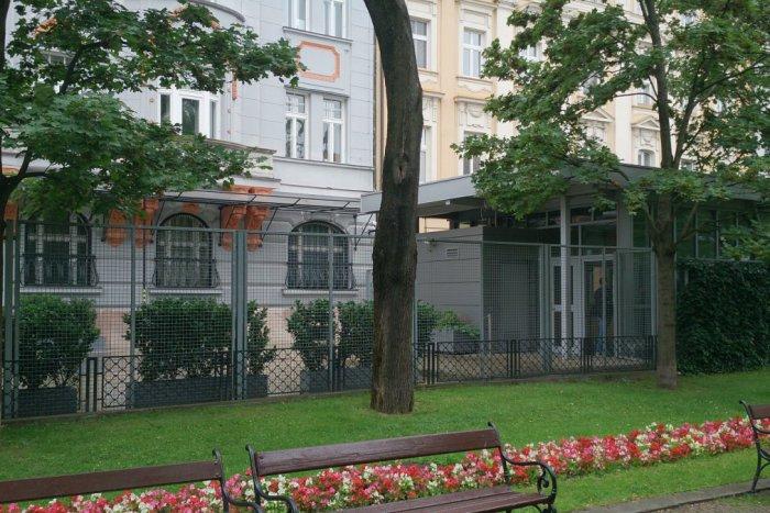 Ilustračný obrázok k článku Americkej ambasáde nepredĺžili zmluvu, železný plot je oddnes čiernou stavbou