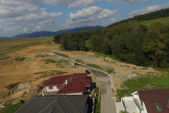 Ilustračný obrázok k článku Pri Žiari vznikla nová štvrť: Po pozemkoch sa len tak zaprášilo, FOTO